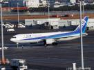 เครื่องบินโดยสารโบอิ้ง 767-300อีอาร์ ของสายการบินเอเอ็นเอ นำพลเมืองญี่ปุ่นจากเมืองอู่ฮั่นมาถึงท่าอากาศยานนานาชาติฮาเนดะ