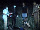 ดักยิงลูกตำรวจ! ดับคา จยย. คนร้ายซุ่มท้ายหมู่บ้าน ยิงเสร็จขับเก๋งหนี – ปมชู้สาว