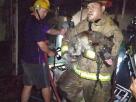 ไฟไหม้ร้าน! สุนัขร้องโหยหวนขอความช่วยเหลือ – จนท.ใจเด็ดลุยไฟเข้าไปช่วย