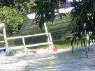 เสี่ยงตาย! นักท่องเที่ยวหนีตาย หลังเขื่อนสิรินธรเปิดประตูน้ำ พัดแพชนกันท้ายเขื่อน